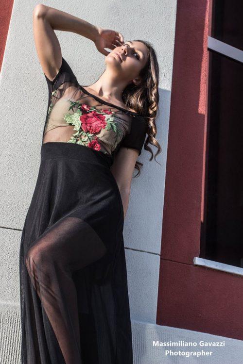 Vestito-nero-lungo-con-ricamo-floreale